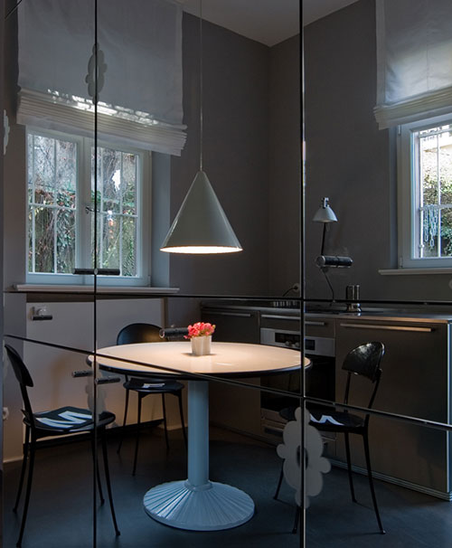 Traccia Tisch von Meret Oppenheim im Küchen-Spiegelschrank