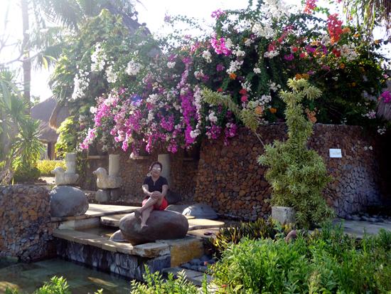 Santy entre las flores