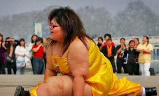 smešna slika debela žena radi špagatu
