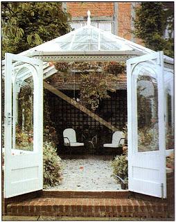 Расставив большую часть растений по периферии и используя множество висячих корзин, можно создать впечатление пышной зелени, в то же время устроив уютный зал, где можно присесть