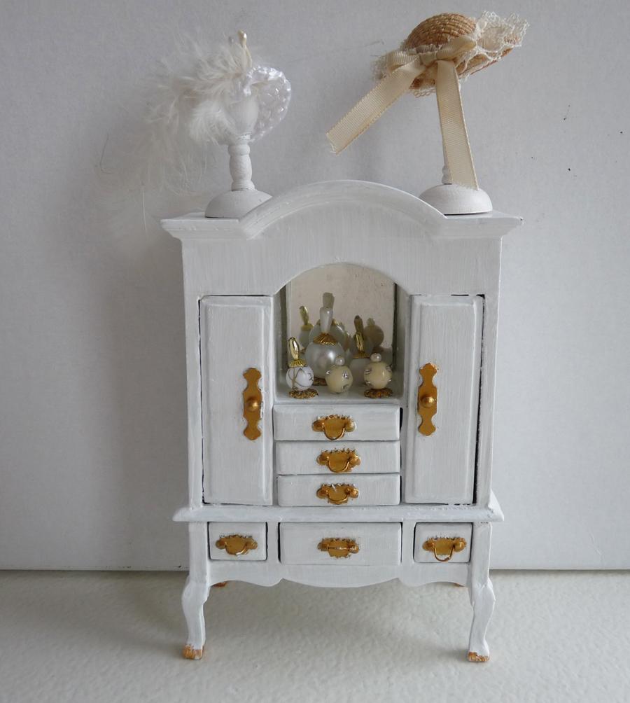 All about dollhouses and miniatures het hemelbed voor de slaapkamer in het poppenhuis is klaar - Kast voor het opslaan van boeken ...
