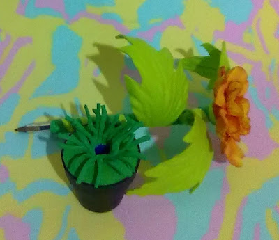 canetas bic decoradas em e.v.a utilizando o frisador da Camélia amarela mesclada de vermelha