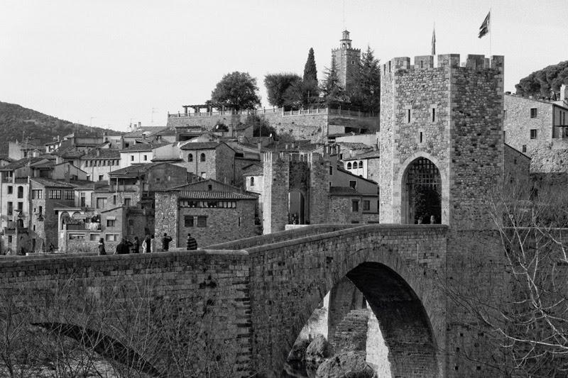 Vue sur le pont et le village de Besalù