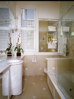 cómo decorar baño largo estrecho
