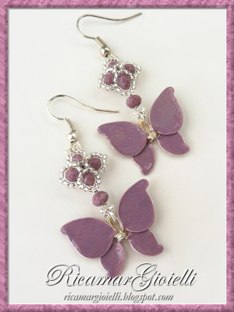 Orecchini a forma di farfalla fatti con lo smalto per unghie e decorati con rocailles e rondelle