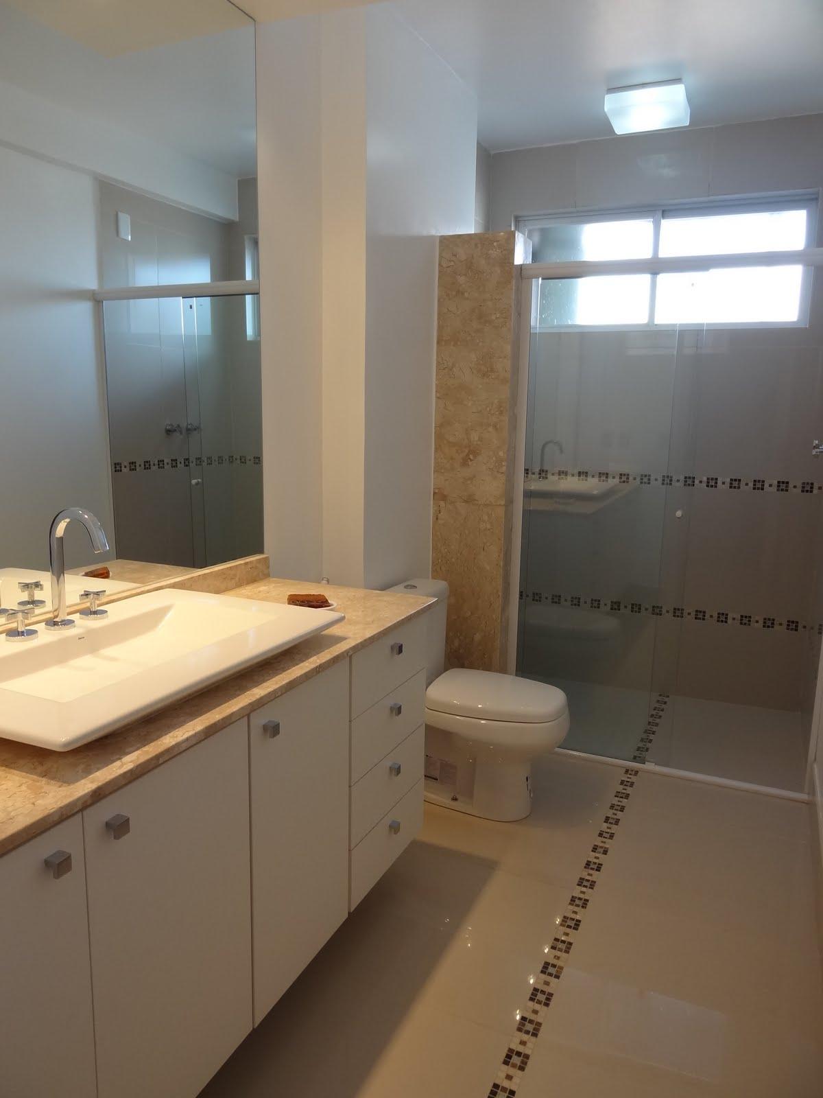 Banheiro: piso porcelanato com detalhes em placas da mozarte no piso  #A27129 1200x1600 Banheiro Com Porcelanato Madeira
