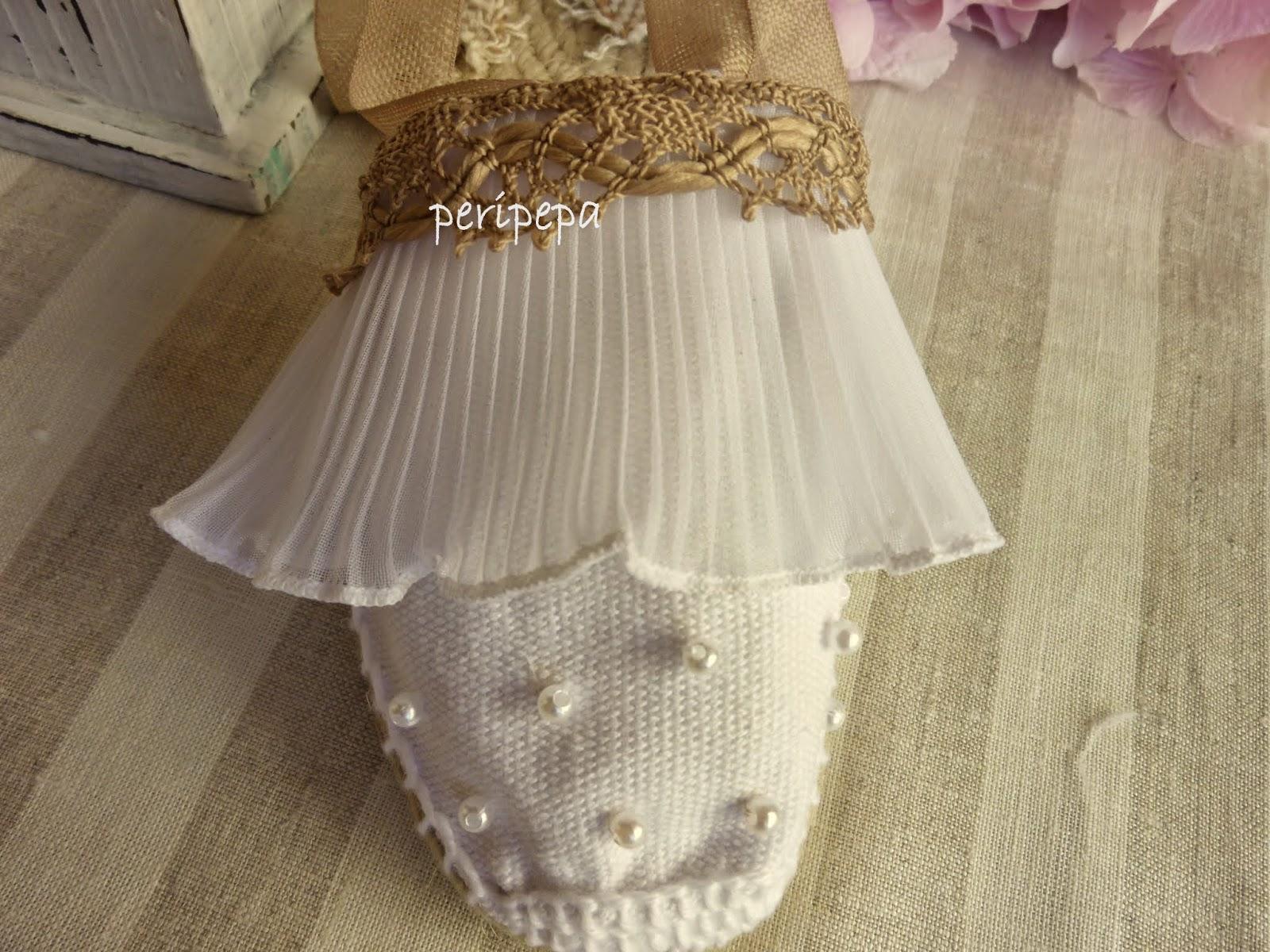 A la novia le encantan las perlas, así que les pusimos unas poquitas cosidas delante para darle un toque de glamour a los pies de las niñas.