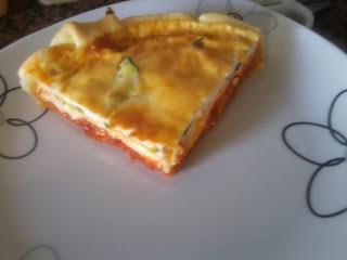 Porción de quiche de calabacín y queso Brie