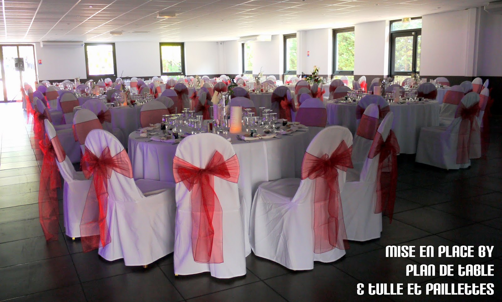 Plan de table le blog mariage en rouge et blanc mise en place de la d cor - Table de jardin rouge ...