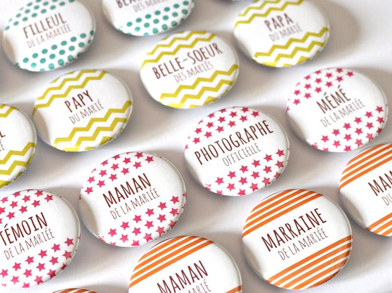 badges supers choupis offerts aux chanceux invits dun mariage frais et graphique des motifs tout simples aux couleurs joyeuses pour un rsultat que - Badges Personnaliss Mariage