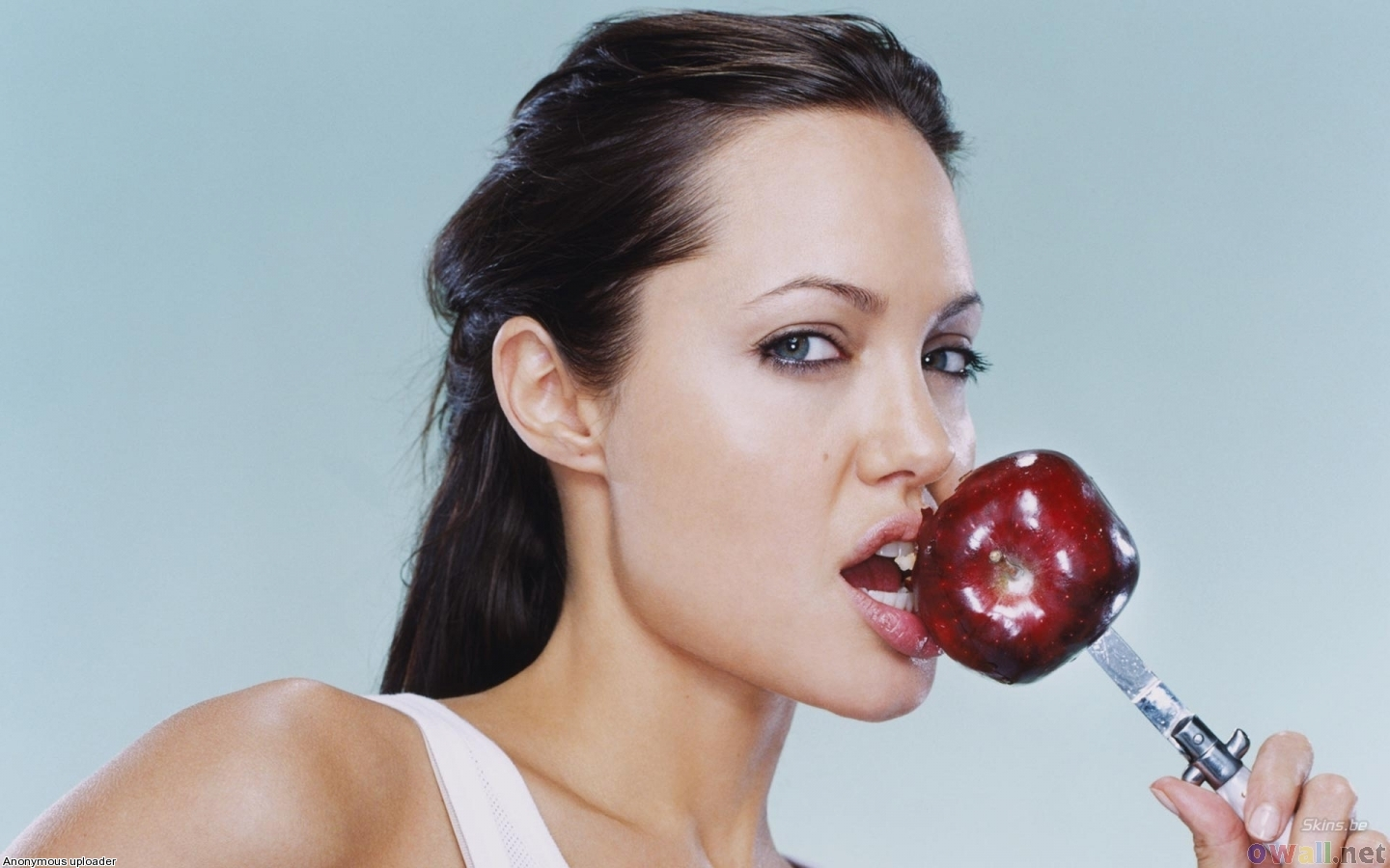 http://3.bp.blogspot.com/-cD03hruLlbk/T5WAaOwzPFI/AAAAAAAAFtA/Dgd0UJJTBnI/s1600/angelina_jolie_eating_an_apple_1440x900.jpg