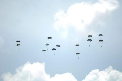 Foto 22 Prajurit Batalyon-461 Paskhasau Laksanakan Terjun Statik Dengan Hercules USAF YJ6