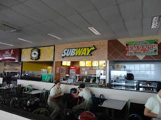 Praça de alimentação do Guedes Shopping.