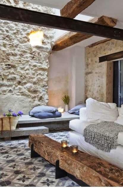 casa de campo con pared de piedra