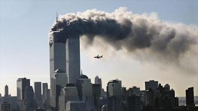 Momento en que un avión secuestrado por extremistas se estrella contra las torres gemelas.