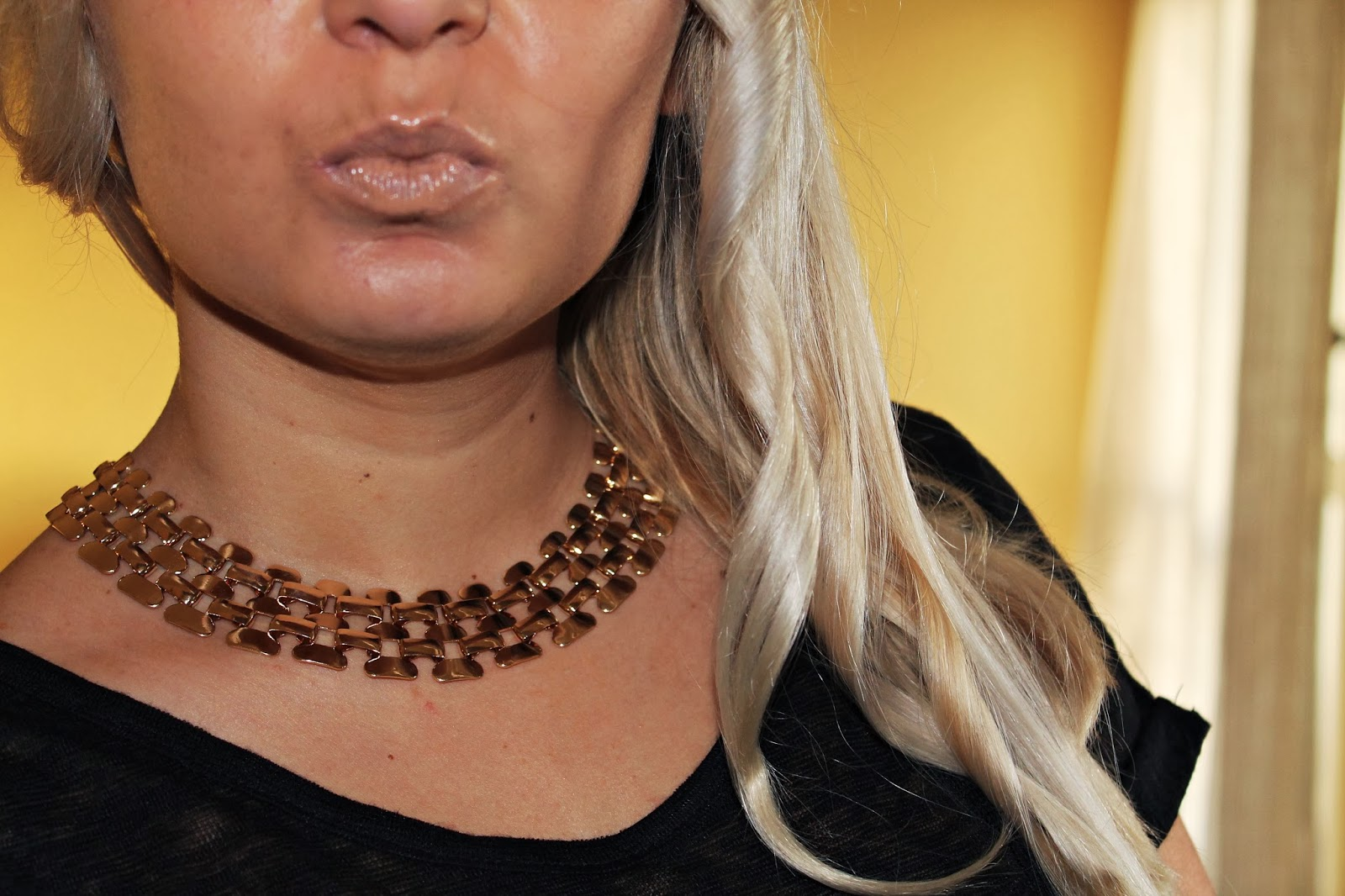 http://www.romwe.com/ROMWE-Hollow-out-Wide-Golden-Necklace%287.9900%29-p-78140.html?xoxoentresaias
