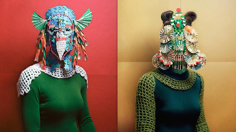 Impresionante retratos de personas vistiendo máscaras construidos a partir de piezas de juegos de mesa