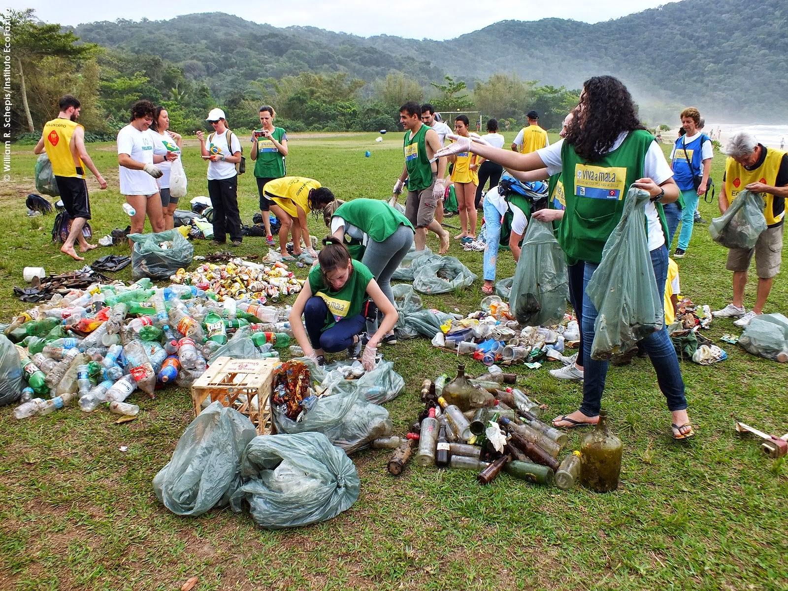 Voluntários realizam a coleta de dados dos resíduos retirados durante a trilha. Foto: William R. Schepis/Instituto EcoFaxina