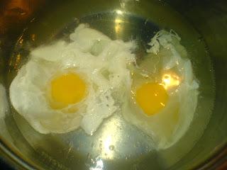 oua ochiuri taranesti, oua ochiuri romanesti, oua ochiuri, retete cu oua, preparate din oua, oua fierte in apa fara coaja, retete culinare, retete de mancare, preparare oua ochiuri taranesti romanesti,