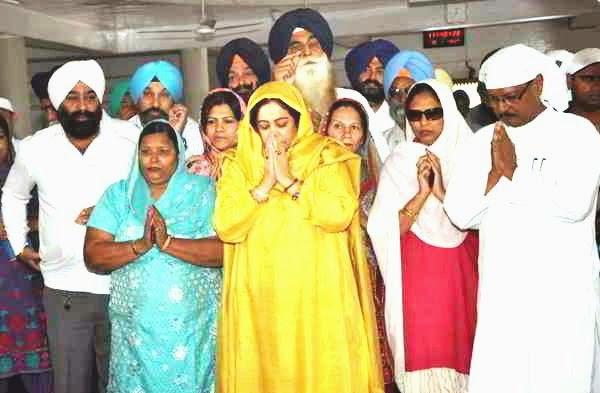 चंडीगढ़ सेक्टर 34 गुरुद्वारा साहिब में माथा टेकते भाजपा प्रत्याशी किरण खेर, पूर्व सांसद सत्य पाल जैन व अन्य नेता