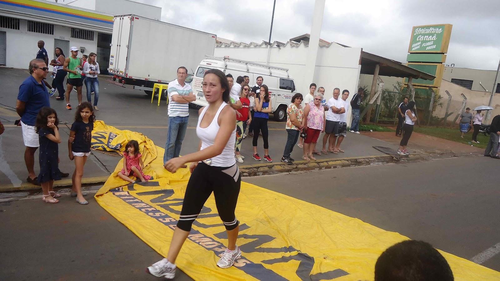 Foto 141 da 1ª Corrida Av. dos Coqueiros em Barretos-SP 14/04/2013 – Atletas cruzando a linha de chegada