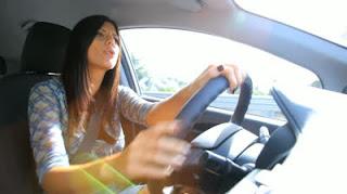 Jeune et belle premiere conductrice à montréal qui magasine son assurance auto