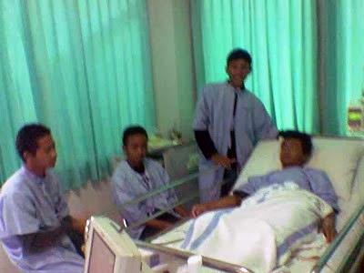 Ciri-ciri terkena DBD. Dirawat di Medika Mulya Wonogiri. RS Dr. Oen Solo Baru. Cerita dijenguk teman sekolah.