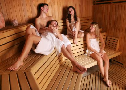 Sauna é muito comum as pessoas ficarem nuas.