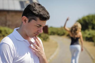 unhappy-man-and-angry-woman-leaving-after-quarrel-xsلماذا تبتعد عنك النساء والفتيات ...ولماذا لا تستطيع جذب انتباههم ؟؟!!