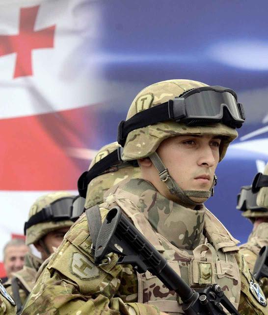 Soldados georgianos na inauguração de centro de treinos da OTAN em Tbilisi, Georgia