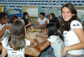 Marcelle Campos e as colegas de turma da Escola Higino da Silveira aproveitam a oficina de animação em massa de modelar