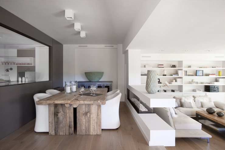 Vivienda en llavaneres bianco e legno a barcellona arscity for Arredamento legno naturale