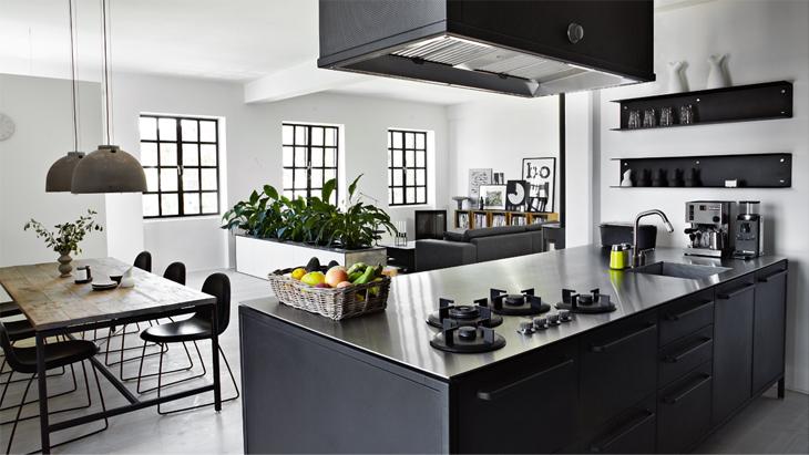 Valkoinen Koti Arvontamuistutus ja musta keittiö
