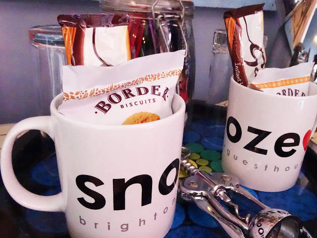 Snooze mugs with biscuits