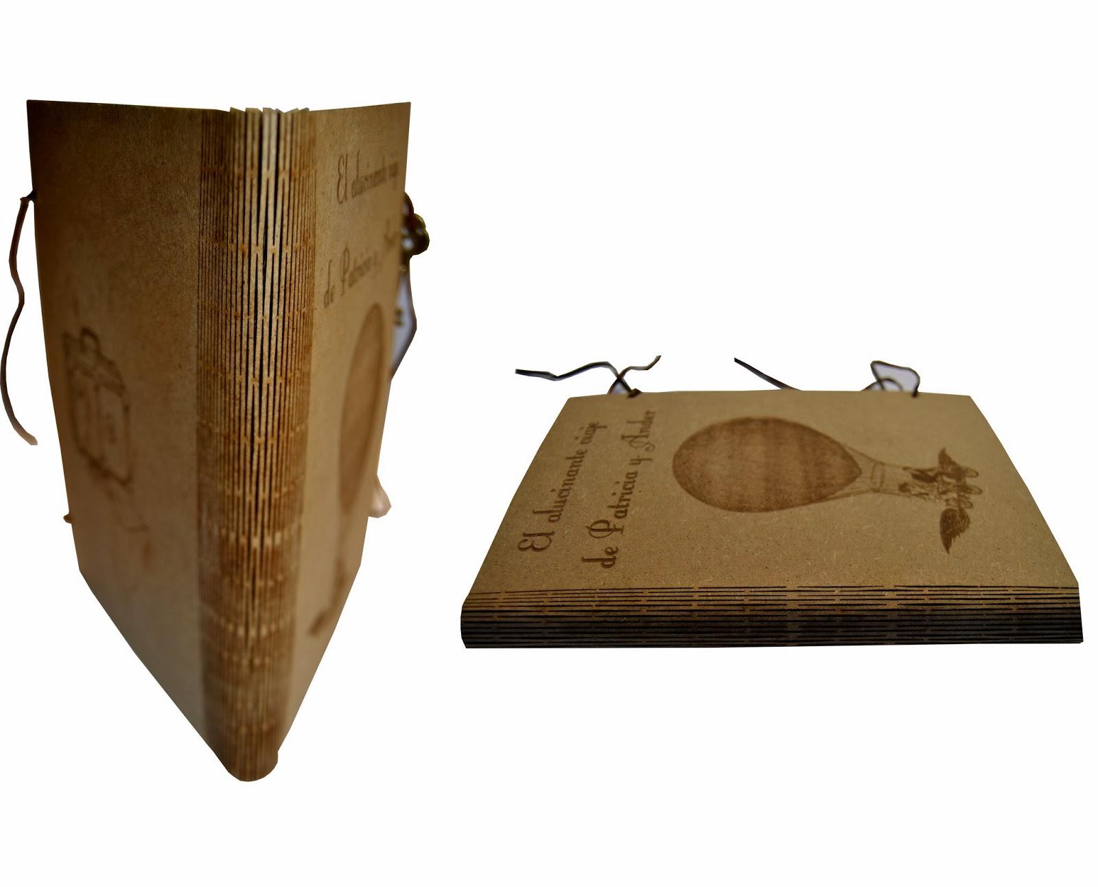 Libro encuadernado en DM con lomo articulado.