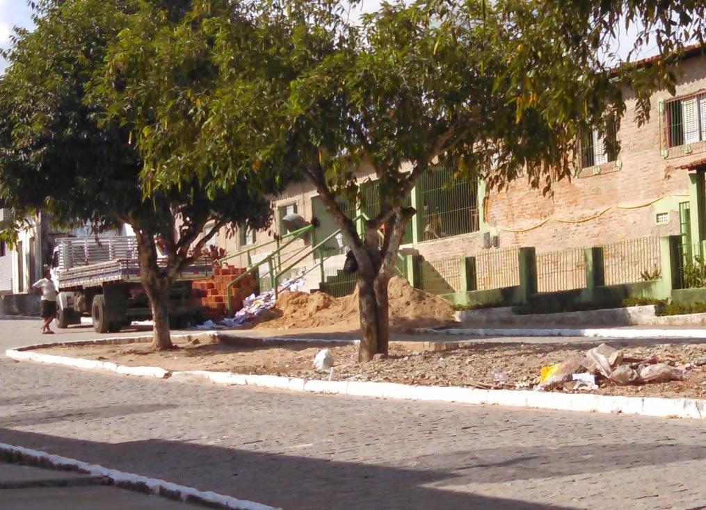 Momento em que os livros são recolhidos pelo carro do lixo em frente a Escola Municipal José Felizardo que já está em reforma.