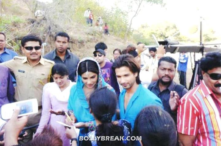 Priyanka Chopra Teri Meri Kahani sets -  Priyanka Chopra and Shahid Kapoor On the Sets of 'Teri Meri Kahani'