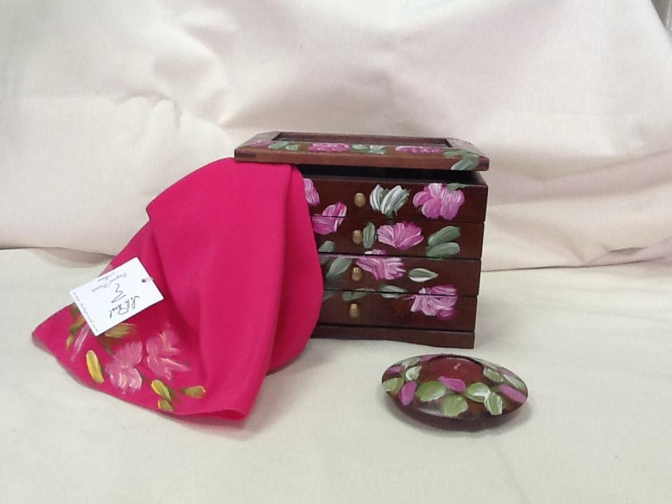 Pañuelo y caja de madera pintadas a mano Lola Pinel