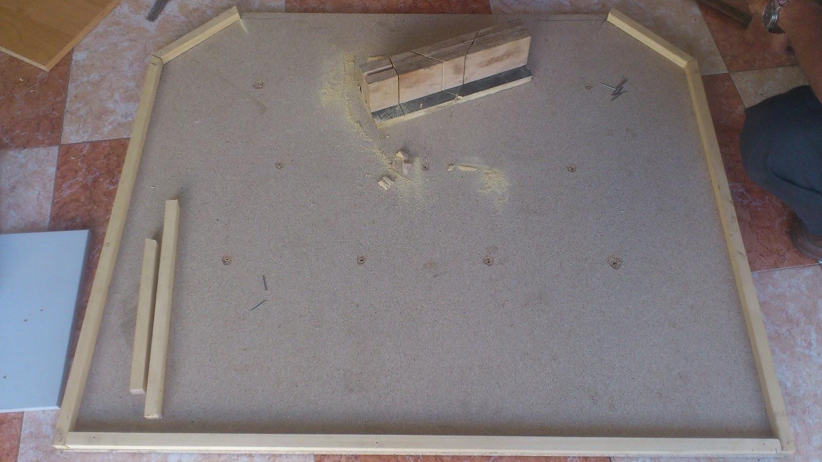 antes de comenzar a tapizar hice unos agujeros en el tablero de madera con un taladro para que una vez tapizado el cabecero nos sirviesen para colocar los