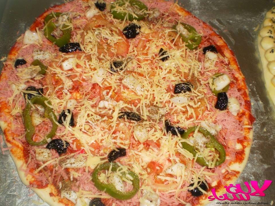 طريقة عمل بيتزا سهلة و لذيذة بالصور