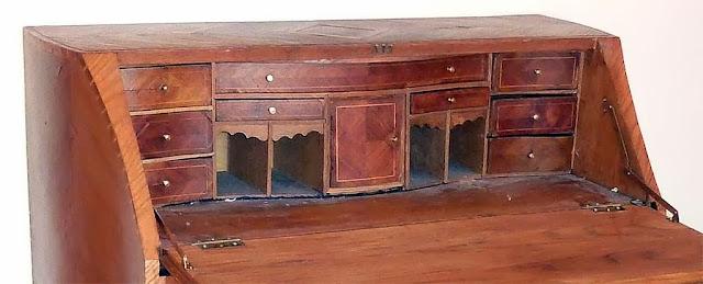 Mueble Secreter chapado con maderas de Guinea.