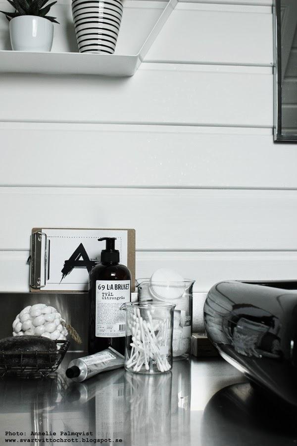 badrum, badrummet, svart och vitt, svartvita detaljer, lilla bruket, varberg, snäckboll, snäckor, tvål, handkräm, svart tvättfat, vit panel,