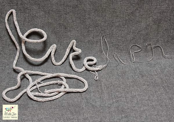 MelleJen tutoriel mot en tricotin : enfiler le cordon de laine