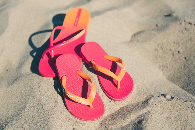 Ipanema Fit Sandalen und Ipanema Classic Kids in orange/pink im Sand