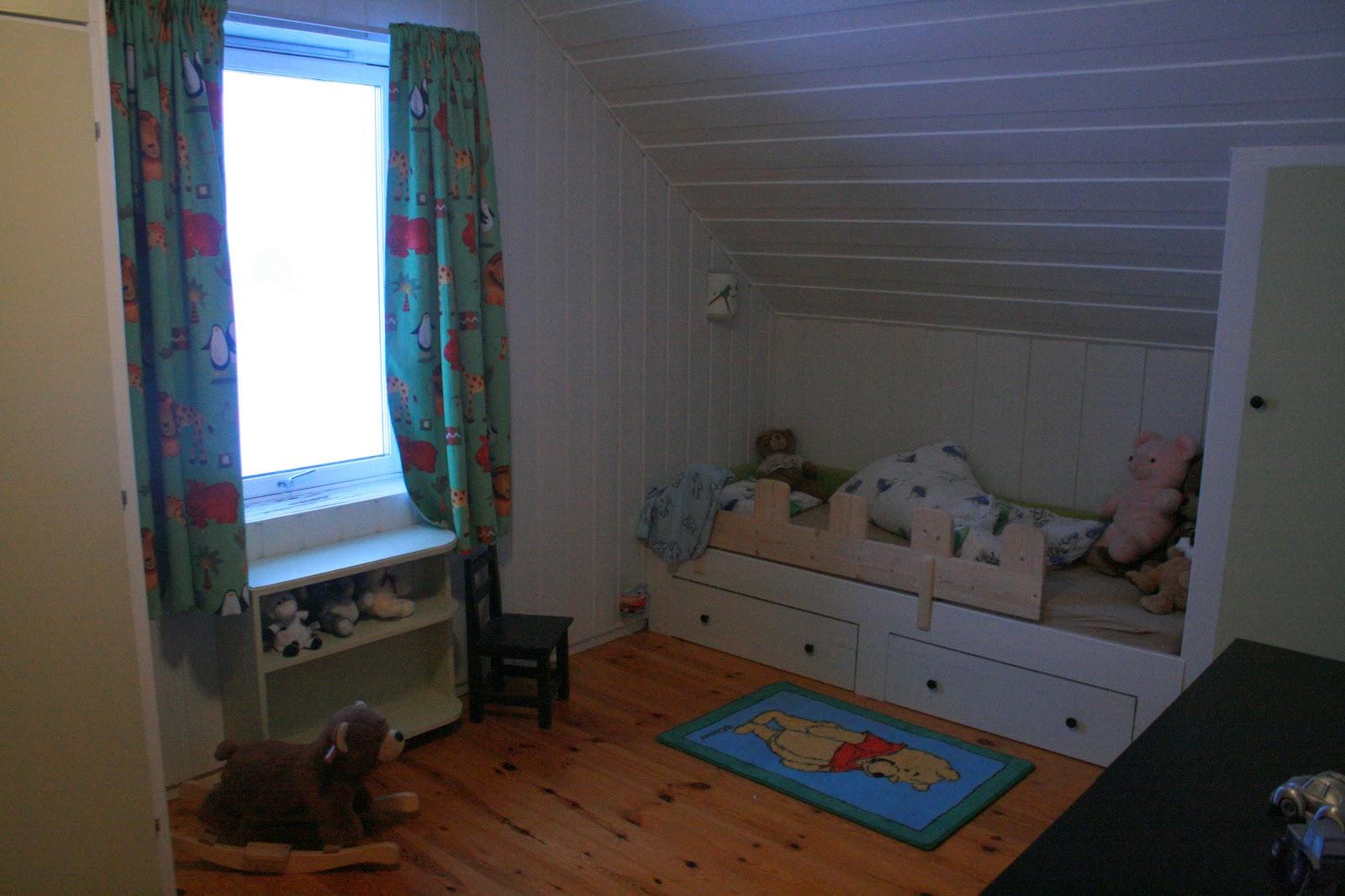Plassbygd seng og skap.
