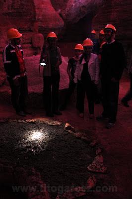Grupo recebe explicações sobre os morcegos da gruta da Lapinha, em Minas Gerais