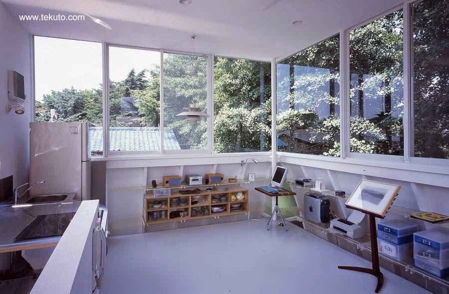 Vista interior en el último nivel de la casa pequeña japonesa Penguin House