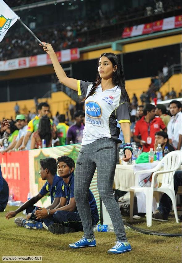 genelia_cheering_mumbai_heroes_002