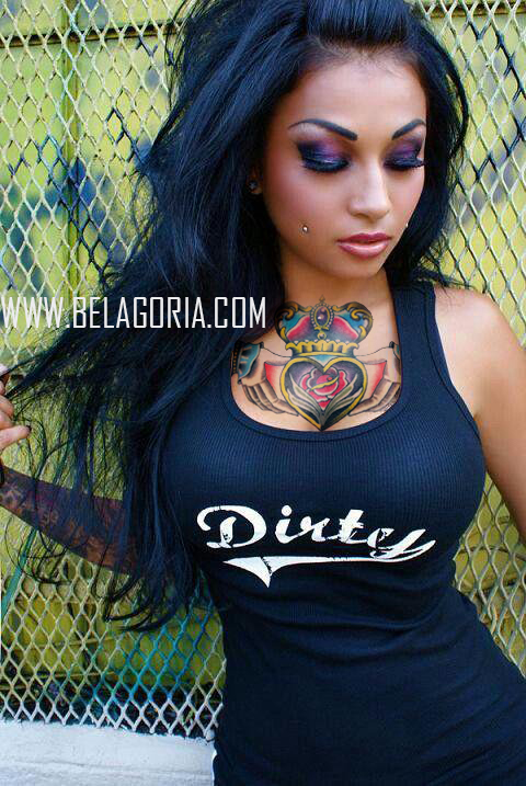 tatuaje de mujer en pecho