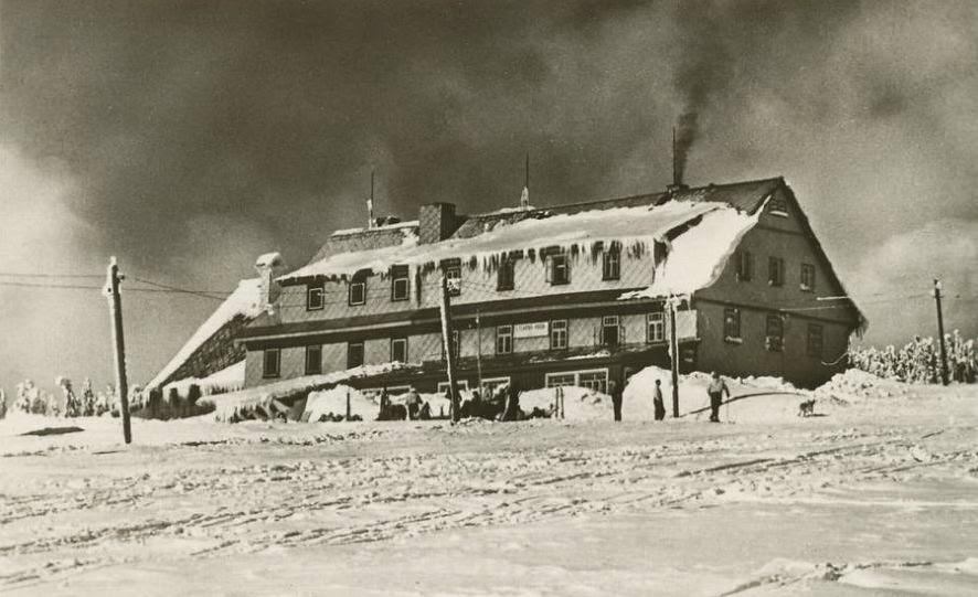 Lyžařská bouda na historické fotografii